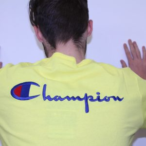 CHAMPION – Tee Shirt Logo Manuscrit Dos Jaune